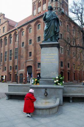 """Kopernikus framför rådhuset: """"Han som stannade solen och satte jorden i rörelse""""."""