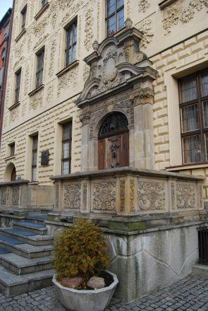 Framför entrédörren en högt belägen veranda dit en trappa leder  – i den närbelägna staden Gdańsk är detta en vanlig syn.